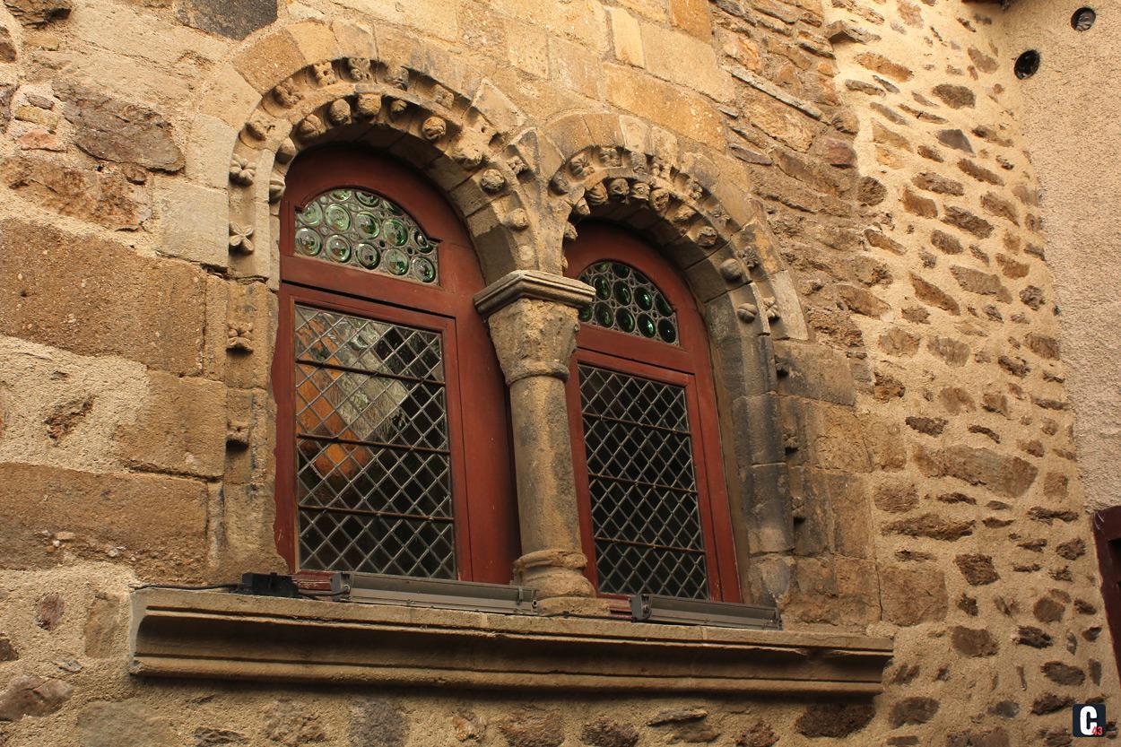 fenêtre étroite et haute