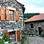 """Rue pavée d'Arlempde village classé """"beau village de France"""", en Haute-loire"""